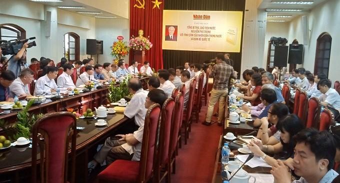 """Menerbitkan buku : """"Sekjen KS PKV, Presiden Nguyen Phu Trong dengan perasaan rakyat seluruh negeri dan sahabat internasional"""" - ảnh 1"""