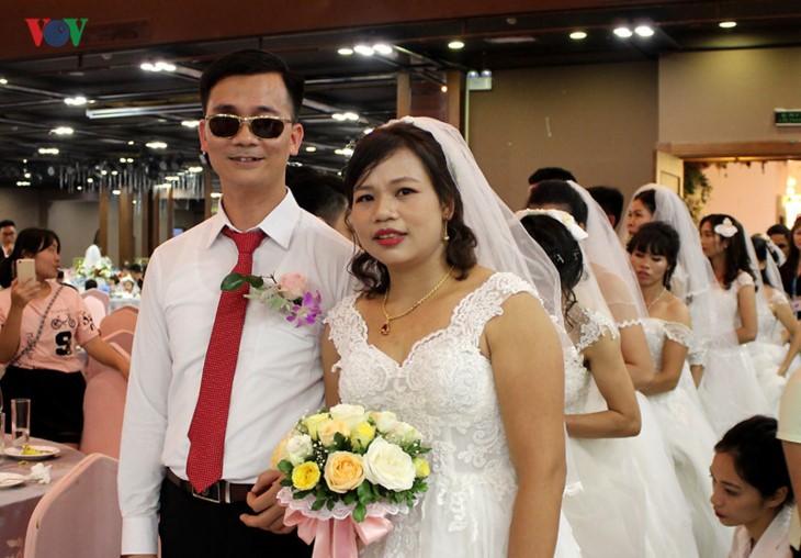 Impian memakai gaun pengantin, pasangan suami-istri tuna netra harus melewati  ratusan Km datang ke Kota Ha Noi - ảnh 9