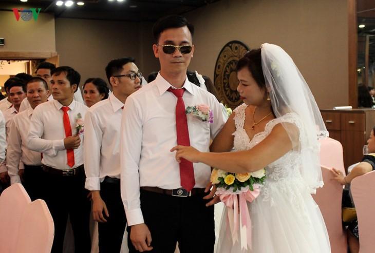 Impian memakai gaun pengantin, pasangan suami-istri tuna netra harus melewati  ratusan Km datang ke Kota Ha Noi - ảnh 10