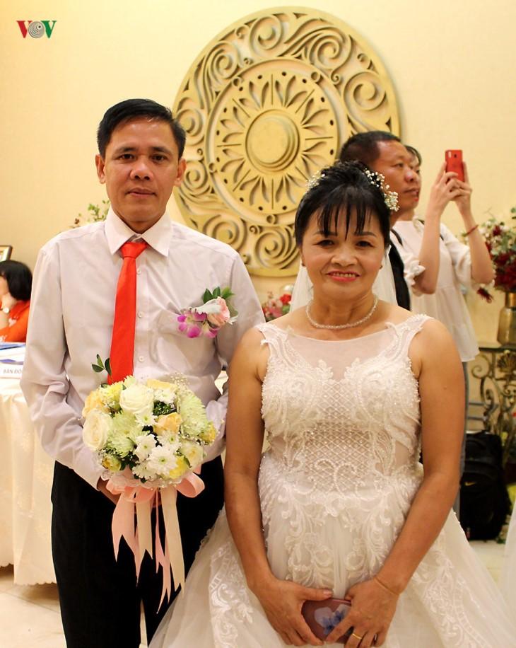 Impian memakai gaun pengantin, pasangan suami-istri tuna netra harus melewati  ratusan Km datang ke Kota Ha Noi - ảnh 11