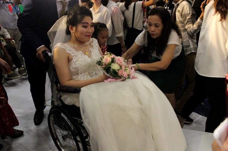 Impian memakai gaun pengantin, pasangan suami-istri tuna netra harus melewati  ratusan Km datang ke Kota Ha Noi - ảnh 2