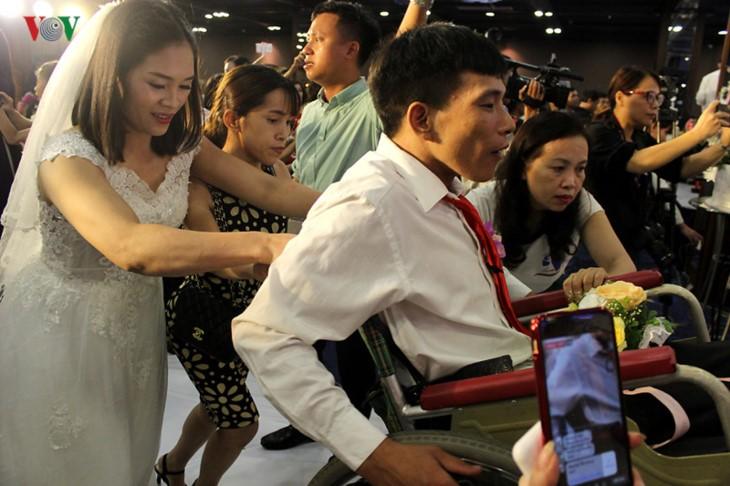 Impian memakai gaun pengantin, pasangan suami-istri tuna netra harus melewati  ratusan Km datang ke Kota Ha Noi - ảnh 3