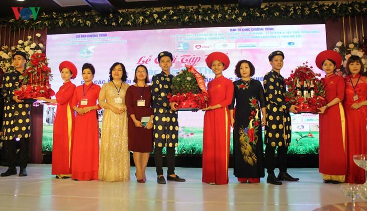 Impian memakai gaun pengantin, pasangan suami-istri tuna netra harus melewati  ratusan Km datang ke Kota Ha Noi - ảnh 5