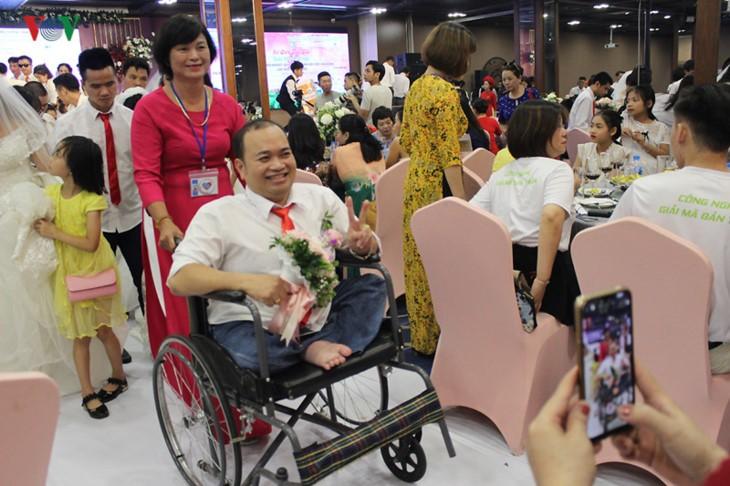 Impian memakai gaun pengantin, pasangan suami-istri tuna netra harus melewati  ratusan Km datang ke Kota Ha Noi - ảnh 4