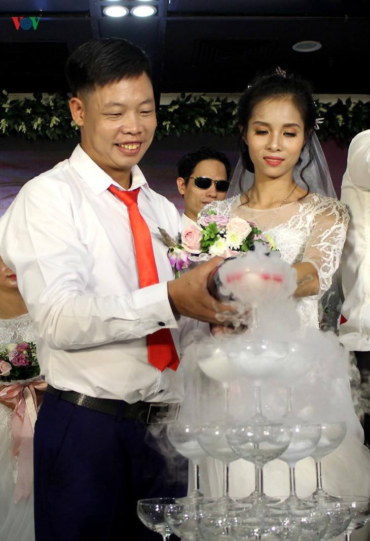 Impian memakai gaun pengantin, pasangan suami-istri tuna netra harus melewati  ratusan Km datang ke Kota Ha Noi - ảnh 6