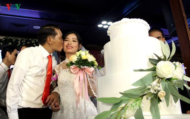 Impian memakai gaun pengantin, pasangan suami-istri tuna netra harus melewati  ratusan Km datang ke Kota Ha Noi - ảnh 8