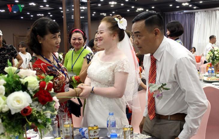 Impian memakai gaun pengantin, pasangan suami-istri tuna netra harus melewati  ratusan Km datang ke Kota Ha Noi - ảnh 19