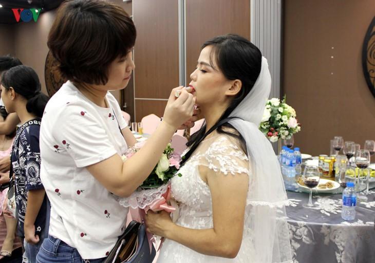 Impian memakai gaun pengantin, pasangan suami-istri tuna netra harus melewati  ratusan Km datang ke Kota Ha Noi - ảnh 16