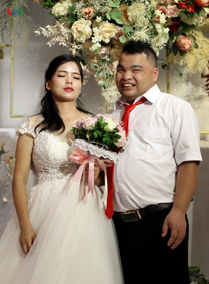 Impian memakai gaun pengantin, pasangan suami-istri tuna netra harus melewati  ratusan Km datang ke Kota Ha Noi - ảnh 17
