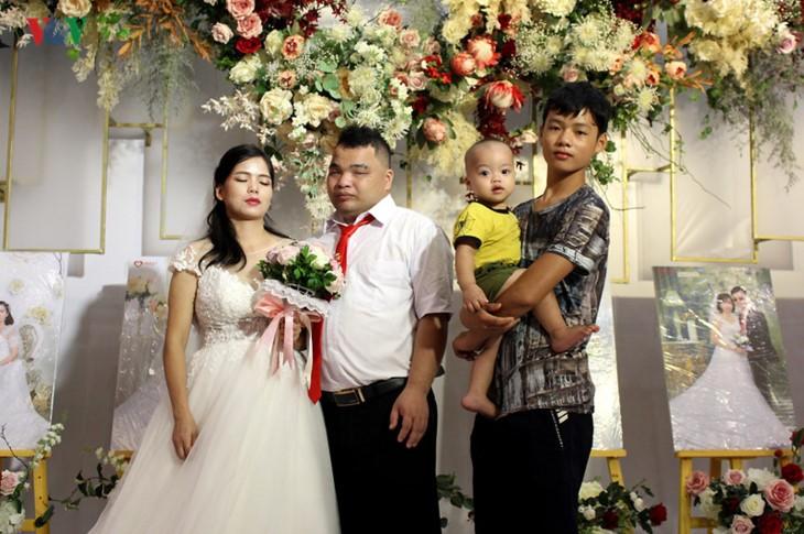 Impian memakai gaun pengantin, pasangan suami-istri tuna netra harus melewati  ratusan Km datang ke Kota Ha Noi - ảnh 18
