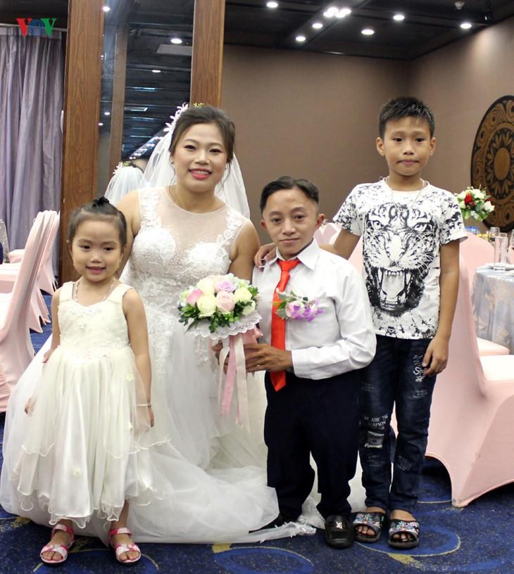 Impian memakai gaun pengantin, pasangan suami-istri tuna netra harus melewati  ratusan Km datang ke Kota Ha Noi - ảnh 20