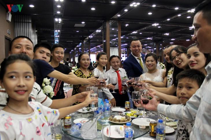 Impian memakai gaun pengantin, pasangan suami-istri tuna netra harus melewati  ratusan Km datang ke Kota Ha Noi - ảnh 21