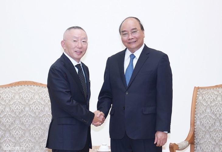 PM Nguyen Xuan Phuc menerima Presiden Grup Fast Retailing, Jepang - ảnh 1