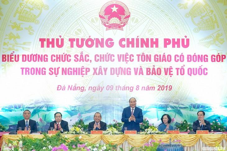PM Nguyen Xuan Phuc menemui dan memuji para pemuka agama yang memberikan sumbangan yang tipikal - ảnh 1