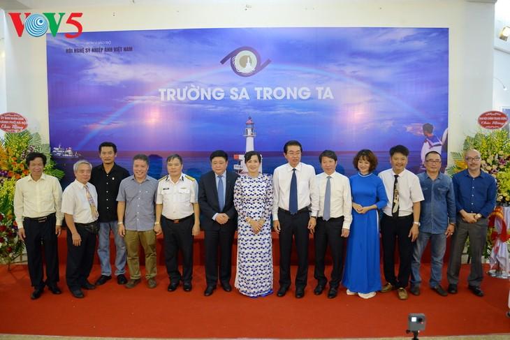 """Vernissage de l'exposition """"Truong Sa dans notre coeur"""" - ảnh 5"""
