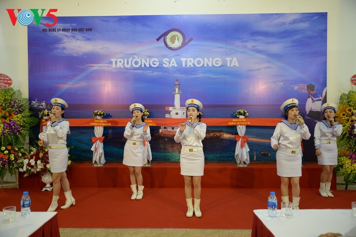 """Vernissage de l'exposition """"Truong Sa dans notre coeur"""" - ảnh 6"""