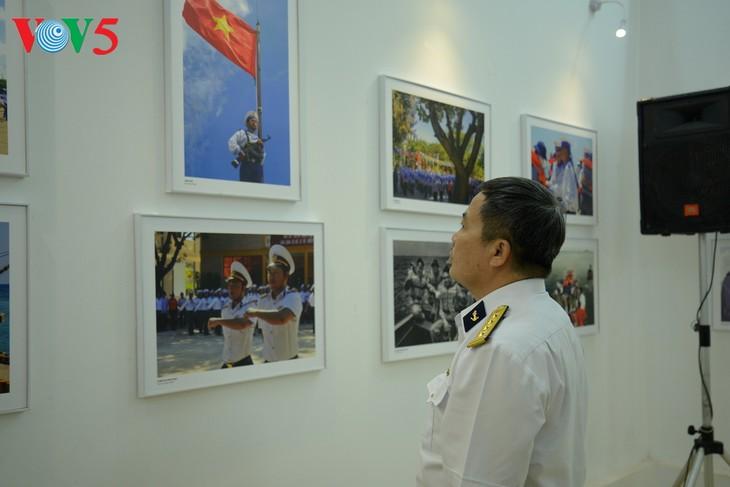 """Vernissage de l'exposition """"Truong Sa dans notre coeur"""" - ảnh 8"""