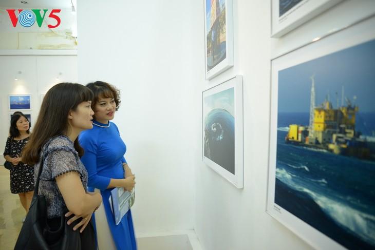 """Vernissage de l'exposition """"Truong Sa dans notre coeur"""" - ảnh 9"""