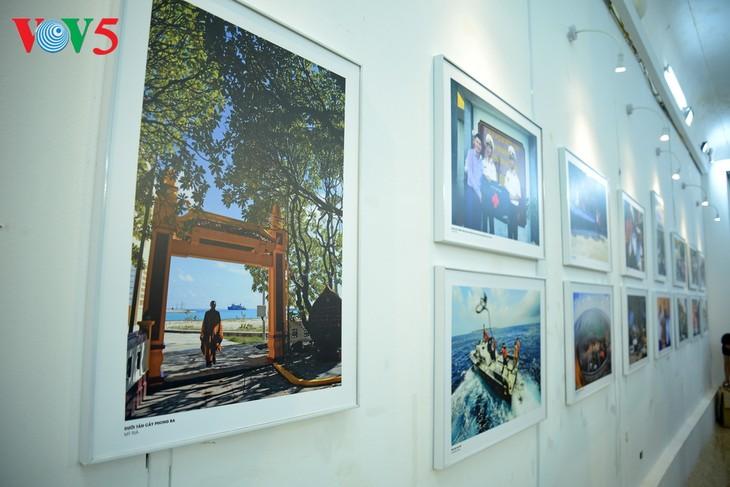 """Vernissage de l'exposition """"Truong Sa dans notre coeur"""" - ảnh 10"""