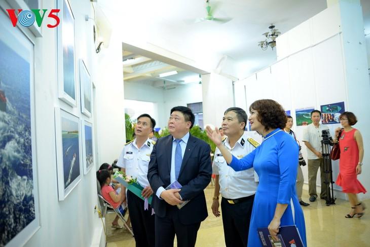 """Vernissage de l'exposition """"Truong Sa dans notre coeur"""" - ảnh 11"""