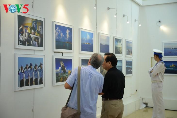 """Vernissage de l'exposition """"Truong Sa dans notre coeur"""" - ảnh 12"""