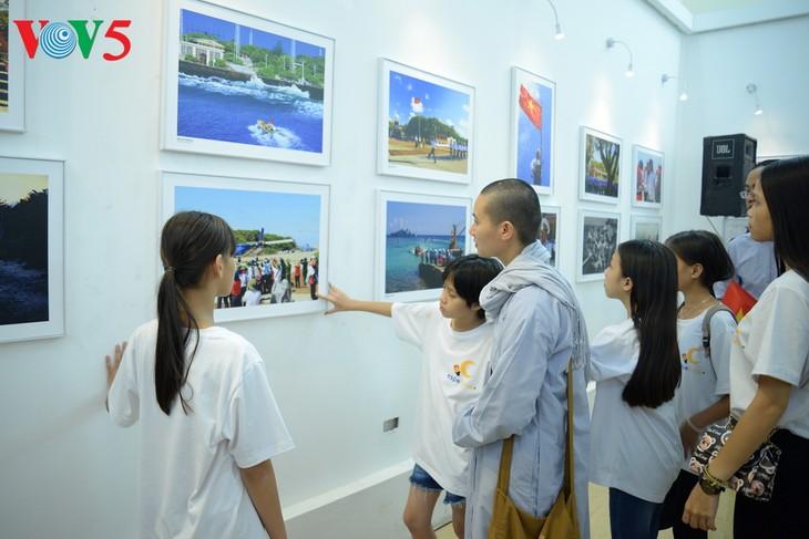 """Vernissage de l'exposition """"Truong Sa dans notre coeur"""" - ảnh 15"""