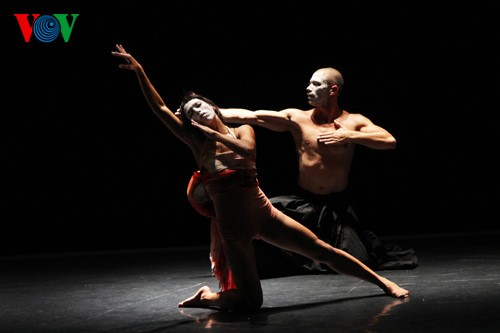 Photo exhibit features Vietnamese, French contemporary dance - ảnh 1