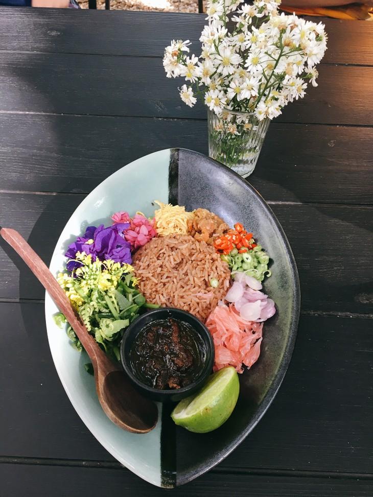 Thai shrimp paste fried rice with flower salad - ảnh 2