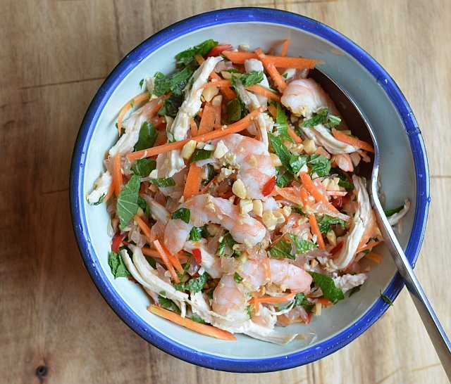 Pomelo with shredded chicken and prawn salad - ảnh 2