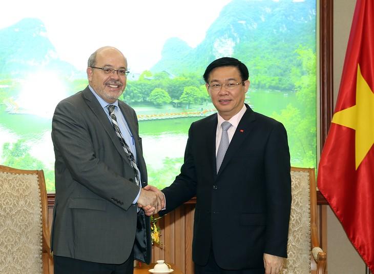 Deputi PM Vuong Dinh Hue menerima Delegasi survei IMF - ảnh 1