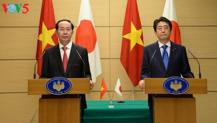 Presiden Vietnam, Tran Dai Quang dan PM Jepang, Shinzo Abe bersama-sama memimpin jumpa pers - ảnh 1