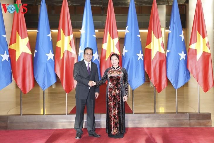 Ketua MN Vietnam, Nguyen Thi Kim Ngan  melakukan pembicaraan dengan Ketua Parlemen Federasi Mikronesia, Wesley W.Simina - ảnh 1