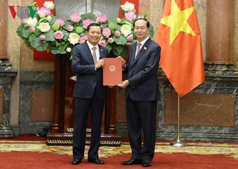 Presiden Tran Dai Quang menyampaikan keputusan mengangkat Wakil Ketua Mahkamah Agung Rakyat Nguyen Van Du - ảnh 1