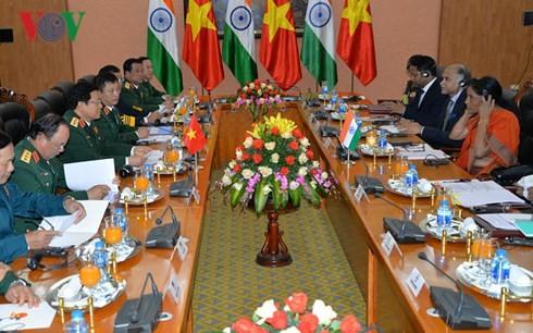 Menteri Ngo Xuan Lich menyambut dan melakukan pembicaraan dengan delegasi militer tingkat tinggi Kementerian Pertahanan India - ảnh 2