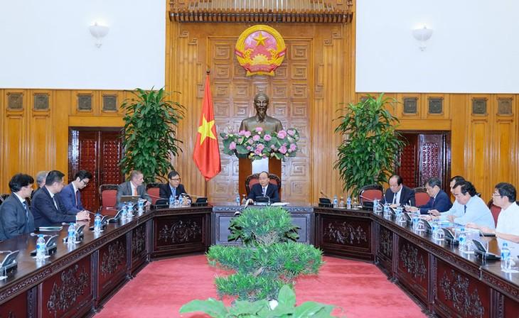 PM Nguyen Xuan Phuc menerima investor di Provinsi Bac Lieu - ảnh 1