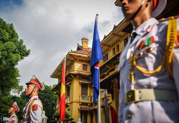 Peringatan ultah ke-51 berdirinya ASEAN - Upacara Bendera ASEAN  - ảnh 1