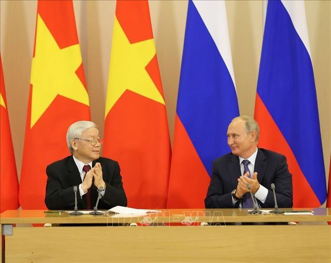 Kunjungan resmi Sekjen Nguyen Phu Trong di Federasi Rusia menciptakan tenaga pendorong baru untuk membawa hubungan kerjasama bi banyak bidang antara Federasi Rusia dan Vietnam di banyak bidang berkembang secara ekstensif dan intensif - ảnh 1