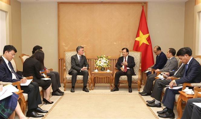 Deputi PM Vietnam, Trinh Dinh Dung menerima Wakil Presiden Bank Investasi Infrastruktur Asia - ảnh 1