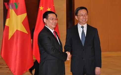 Deputi PM Vietnam, Vuong Dinh Hue melakukan pembicaraan dengan Deputi PM Dewan Negara Tiongkok - ảnh 1