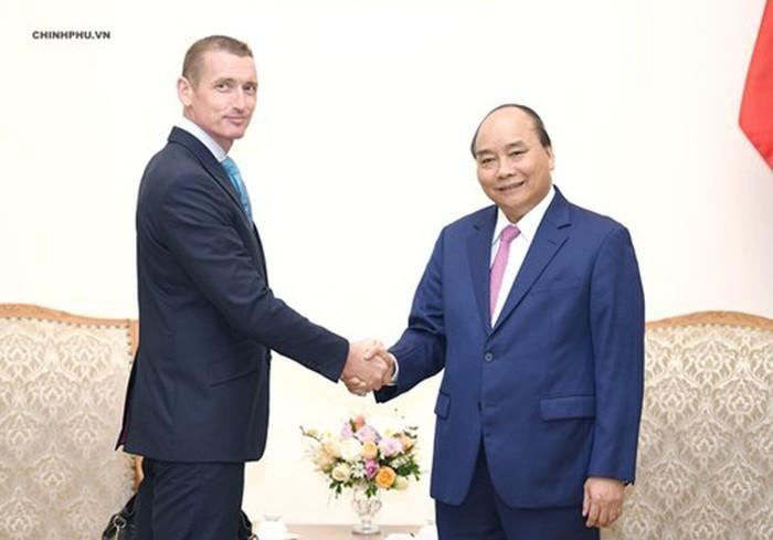 PM Nguyen Xuan Phuc menerima beberapa investor asing - ảnh 2