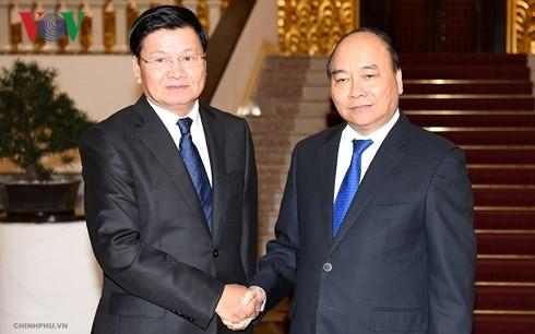 PM Vietnam, Nguyen Xuan Phuc menerima PM Laos, Thongloun Sisoulith - ảnh 1