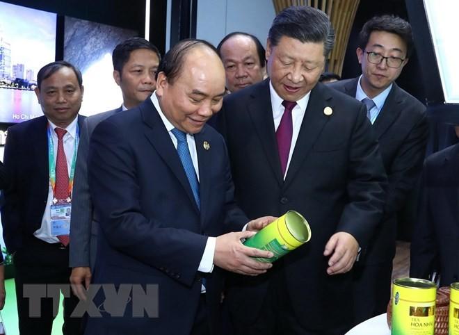 PM Vietnam, Nguyen Xuan Phuc tiba kembali di Kota Hanoi, mengakhiri dengan baik program menghadiri CIIE 2018 - ảnh 1