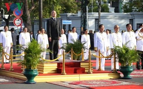 Kamboja dengan gembira mengadakan upacara peringatan ultah ke-65 Hari Kemerdekaan  - ảnh 1