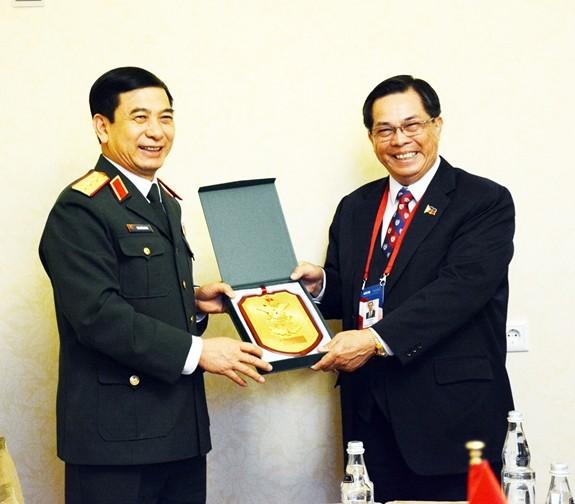 Letnan Jenderal Phan Van Giang melakukan pertemuan dengan Kepala Staf Umum Angkatan Bersenjata Rusia  - ảnh 1