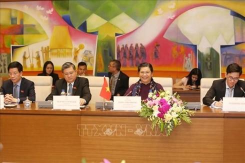 Wakil Harian ketua MN Vietnam, Tong Thi Phong melakukan pembicaraan dengan Wakil Ketua Parlemen Laos - ảnh 1