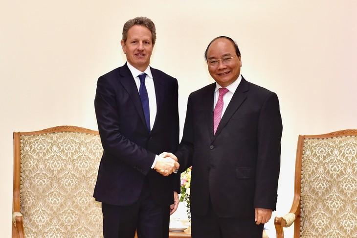 PM Nguyen Xuan Phuc menerima mantan Menteri Keuangan AS dan Putri Mahkota Swedia    - ảnh 1