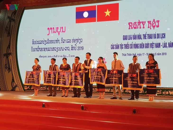 Pembukaan festival temu pergaulan kebudayaan, olahraga dan pariwisata warga etnis minoritas di semua provinsi daerah perbatasan Vietnam-Laos - ảnh 1