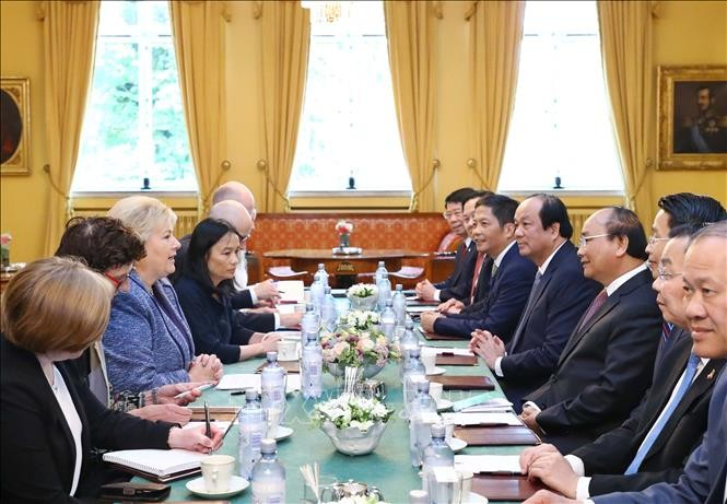 PM Nguyen Xuan Phuc melakukan pembicaraan dengan PM Norwegia - ảnh 1