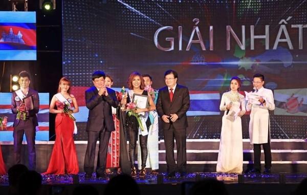 """Radio Suara Vietnam dan Komite Rakyat Provinsi Quang Ninh membahas pekerjaan menyelenggarakan """"Kontes Penyanyian ASEAN + 3"""" - ảnh 1"""