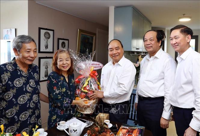 PM Vietnam, Nguyen Xuan Phuc melakukan kunjungan dan mengucapkan selamat kepada para wartawan veteran revolusioner di Kota Ho Chi Minh - ảnh 1